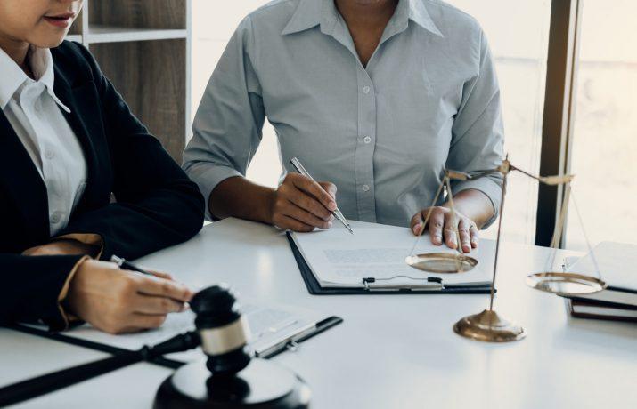 Advogados em conversa com cliente.